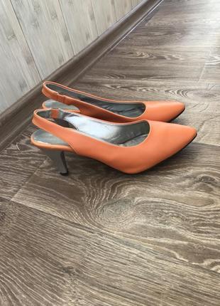 Яркие оранжевые туфли