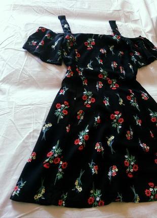 Милое коротенькое платье в цветах на плечи