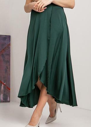 Зеленая шелковая юбка клеш с асимметрией и запахом на широком поясе