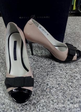 Классические,кожанные туфли на шпильке.