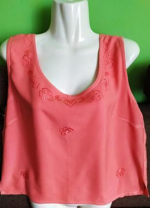Красивая коралловая блузка