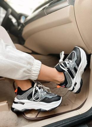 Очень крутые женские кроссовки.