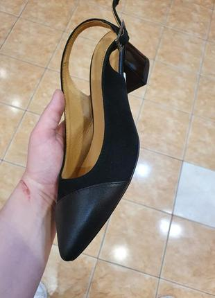 Чёрные  босоножки на гизком каблуке с закрытым носиком. натуральная замша.