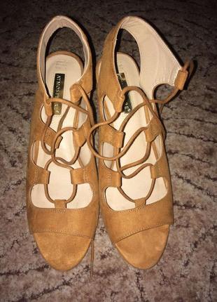 Новые босоножки на шнуровке