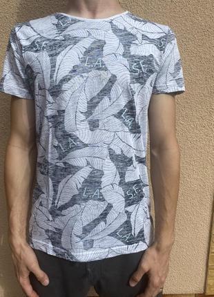 Светлая футболка
