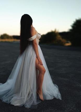 Белое вечернее платье с разрезом на ноге