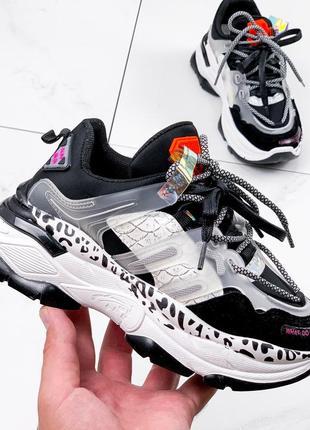 Стильные белые с черным кроссовки