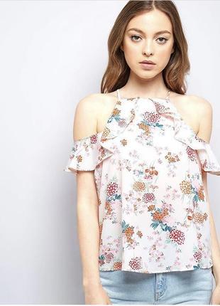 Нарядная летняя блуза с открытыми плечами и оборкой в цветочный принт new look
