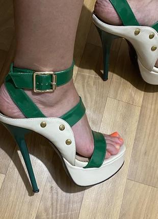 Яркие босоножки на каблуке