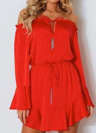 Красное платье с расклешенным рукавом