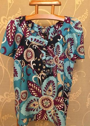 Очень красивая и стильная брендовая блузка в узорах...100% вискоза.