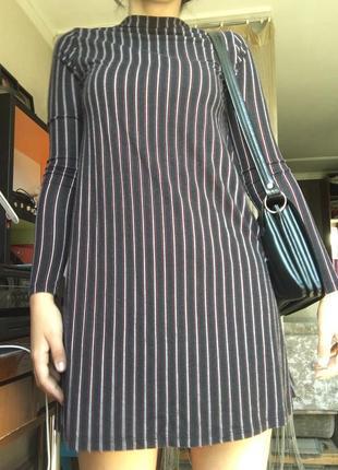 Короткое платье с длинными рукавами