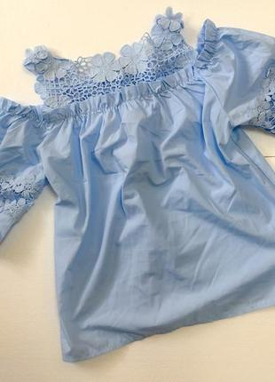 Нарядна блузка небесного кольору