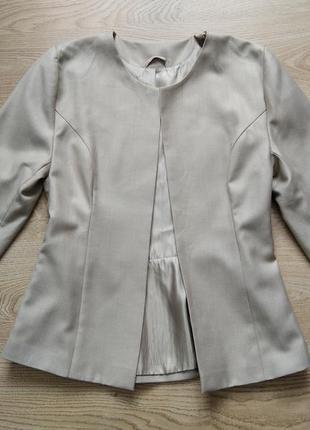 Бежевый пиджак с баской новый