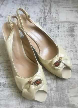 Босоножки кожаные на низком каблуке