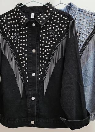 Джинсовая куртка с заклепками и бахромой
