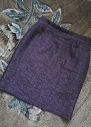 Фиолетовая юбка прямого кроя из фактурной ткани