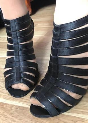 Шикарные чёрные босоножки переплеты тканевые/атлас}бренд graceland