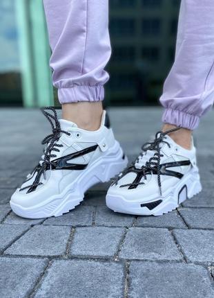 Крутые белые кроссы с рефлективными шнурками