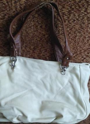 Вместительная удобная сумка бежевого цвета с длинными ручками на весну-лето