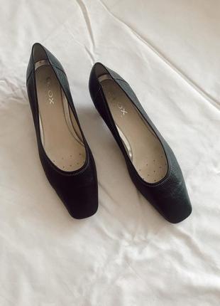 Кожаные туфли балетки на маленьком каблучке geox оригинал рр 40