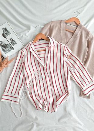 Стильная белая рубашка с красными полосками