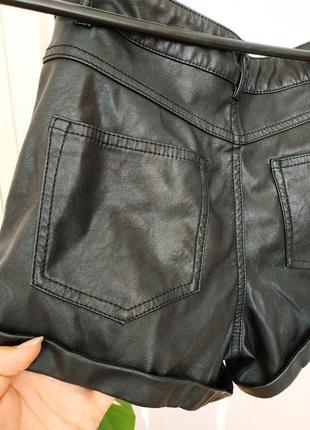 Черные шорты под кожу