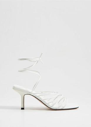 Босоножки на блочном каблуке с завязками
