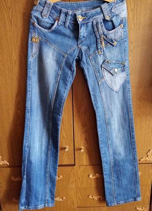 Классные джинсы средней плотности