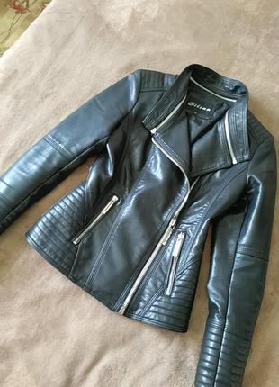 Чорна куртка косуха
