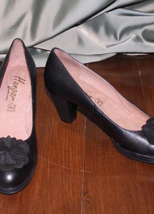 Чорні туфлі на каблуку hangar. виготовлено в іспанії.