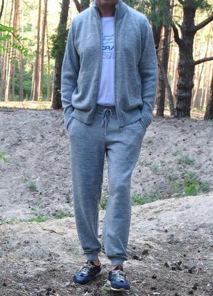 Мужской вязаный костюм из неколючей шерсти
