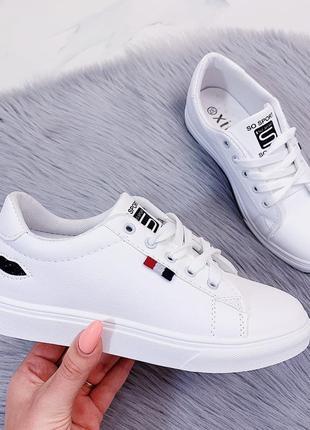 Новые женские белые кеды кроссовки с черными губками на пятке