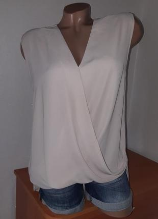 Бежевая блуза на запах с удлинённой спинкой