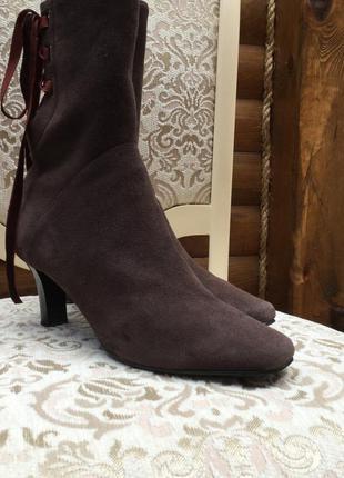 Демисезонные  замшевые ботинки на не высоком каблуке