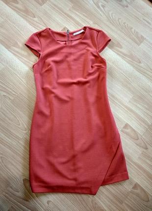 Яркое платье футляр от house