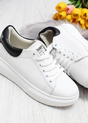 Стильные белые кожаные кеды с черной пяткой