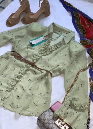 Красивая блуза рубашка с рюшами баланами на рукавах
