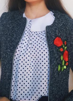 Кардиган с вышивкой розы.