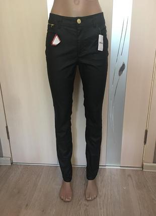 Чёрные штаны под кожу
