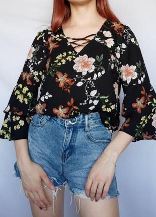 Лёгкая блузка блуза кофточка в цветочный принт с рюшами на рукавах и переплётами на груди