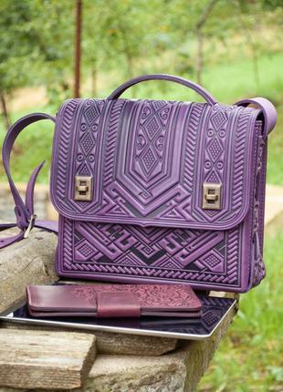 Містка шкіряна сумка на кожен день з тисненням фіолетова бузкова, підходить під планшет