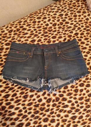 Короткие джинковые шорты с обработаным краем