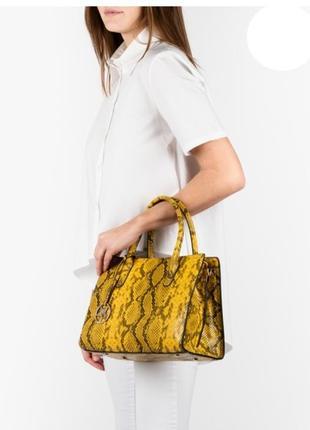 Желтая сумка под кожу питона, италия