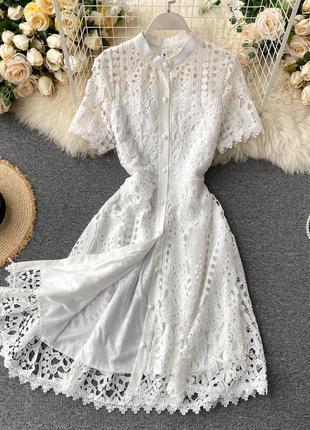 Белое кружевное платье с коротком рукавом, платье с поясом на пуговицах
