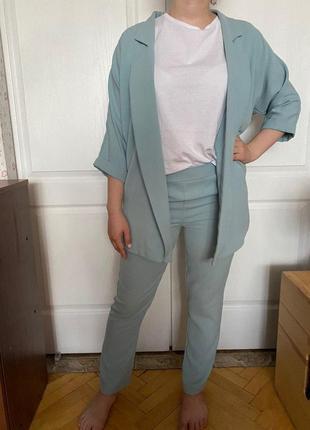 Голубой легкий костюм