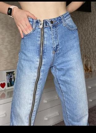 Крутые джинсы со змейкой на ноге