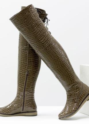 Ботфорты из натуральной лаковой кожи кофейного цвета с текстурой питон