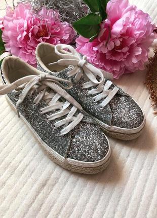 Блестящие актуальные кроссовки