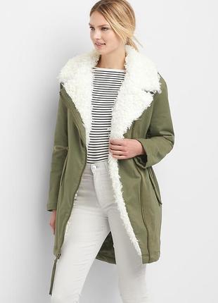 Теплая куртка парка с белым меховым воротником под овчину на утеплителе primaloft® от gap